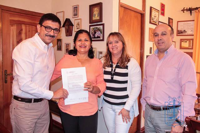 Alcalde Rigoberto Leiva firma comodatos que beneficiarán al Taller Las Lilas y al C.D. Ferroviarios