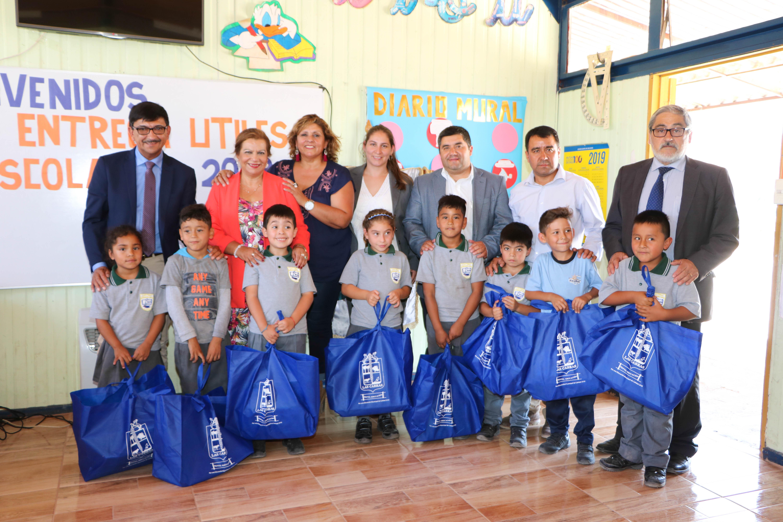 Más 3 mil estudiantes de colegios municipales  reciben set de útiles escolares en Las Cabras
