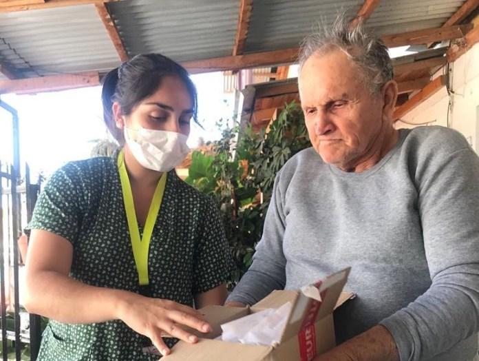 Equipo de Salud realiza entrega medicamentos a domicilio para Adultos Mayores